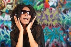 Mulher que escuta a música em auscultadores   Fotos de Stock Royalty Free