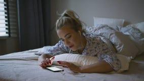 Mulher que escuta a música na cama filme