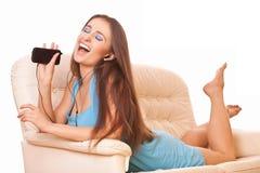 Mulher que escuta a música Fotografia de Stock Royalty Free