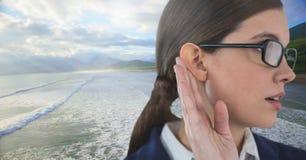 Mulher que escuta a natureza Imagem de Stock