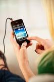 Mulher que escuta o iPhone 4 de Owl City On Apple do grupo do PNF Imagens de Stock Royalty Free