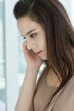 Mulher que escuta o telefonema Imagens de Stock