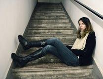 Mulher que espera em uma escadaria Fotos de Stock Royalty Free