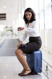 Mulher que espera no aeroporto imagem de stock
