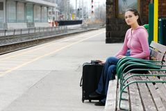 Mulher que espera no estação de caminhos-de-ferro Fotografia de Stock Royalty Free