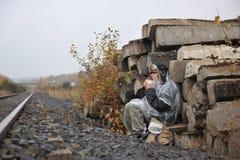 Mulher que espera no trem Imagem de Stock