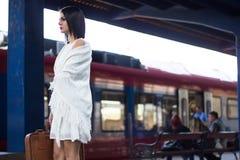 Mulher que espera o metro foto de stock royalty free