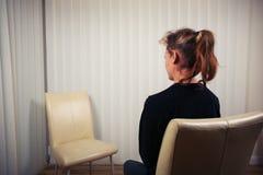 Mulher que espera para ver o doutor Foto de Stock