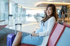 Mulher que espera seu voo Fotografia de Stock