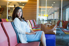 Mulher que espera seu voo Fotografia de Stock Royalty Free