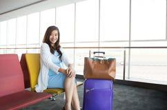 Mulher que espera seu voo Imagem de Stock Royalty Free