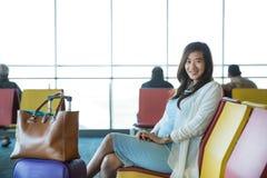 Mulher que espera seu voo Foto de Stock Royalty Free