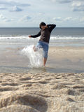 Mulher que espirra no mar Foto de Stock