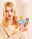 A mulher que está com a gripe toma comprimidos. Foto de Stock Royalty Free