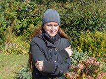 mulher que está fria Imagem de Stock