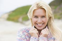 Mulher que está na praia Fotografia de Stock