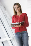 Mulher que está no corredor com organizador pessoal Fotos de Stock Royalty Free