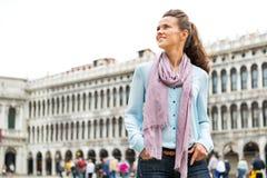 Mulher que está no marco de san da praça em Veneza Fotos de Stock