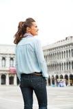Mulher que está no marco de san da praça em Veneza Foto de Stock Royalty Free