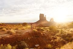 A mulher que está no vale do monumento com vermelho balança a vista geral Imagem de Stock Royalty Free