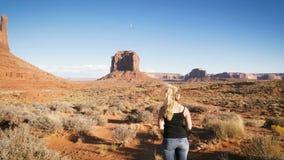 A mulher que está no vale do monumento com vermelho balança a vista geral filme