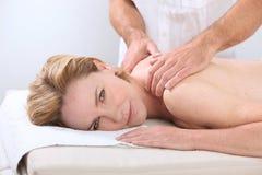 Mulher que está sendo feita massagens foto de stock
