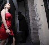 Mulher que está sendo seguida Fotografia de Stock Royalty Free