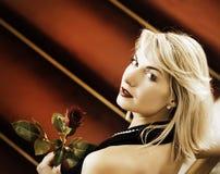 Mulher que está em um tapete vermelho Imagem de Stock Royalty Free