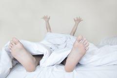 Mulher que estica na cama Imagem de Stock Royalty Free