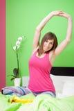 Mulher que estica na cama Fotos de Stock Royalty Free