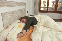 Mulher que estica na cama após acordar imagem de stock royalty free
