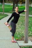 Mulher que estica no parque Imagem de Stock Royalty Free