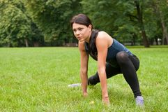 Mulher que estica os músculos antes de movimentar-se fotos de stock royalty free