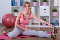 Mulher que estica os pés Fotografia de Stock Royalty Free