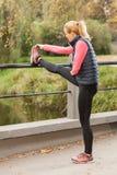 Mulher que estica seus pés Imagem de Stock Royalty Free