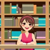 Mulher que estuda a biblioteca ilustração do vetor