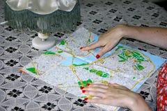 Mulher que examina o mapa Fotos de Stock Royalty Free