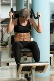 Mulher que executa o exercício para Muscl abdominal Imagens de Stock