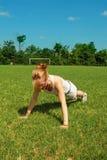 Mulher que executa o push-up Imagem de Stock