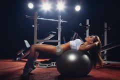 Mulher que exercita a bola de Pilates Foto de Stock