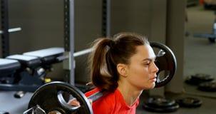 Mulher que exercita com barbell em um estúdio 4k da aptidão video estoque