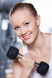 Mulher que exercita com dumbbells fotografia de stock