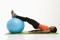 Mulher que exercita com esfera. fotografia de stock