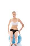 Mulher que exercita com esfera da aptidão fotografia de stock royalty free