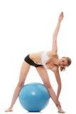 Mulher que exercita com esfera da aptidão fotos de stock