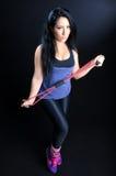 Mulher que exercita com faixa da resistência Foto de Stock Royalty Free