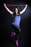 Mulher que exercita com faixa da resistência Fotografia de Stock Royalty Free