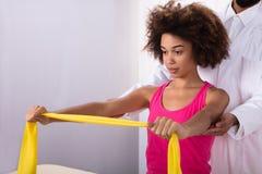Mulher que exercita com faixa do exercício fotos de stock royalty free