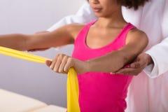 Mulher que exercita com faixa do exercício imagens de stock royalty free