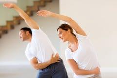 Mulher que exercita com marido Foto de Stock Royalty Free